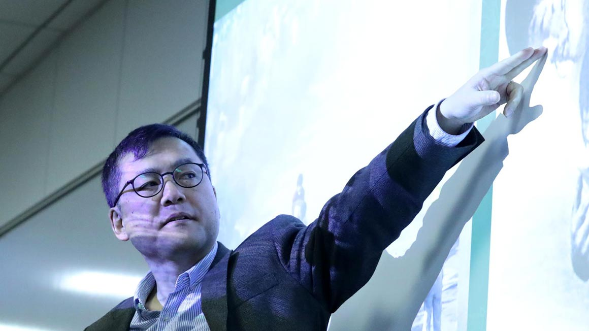 U.S - China - Academics - Hero - Presenter points at screen - 1160x652